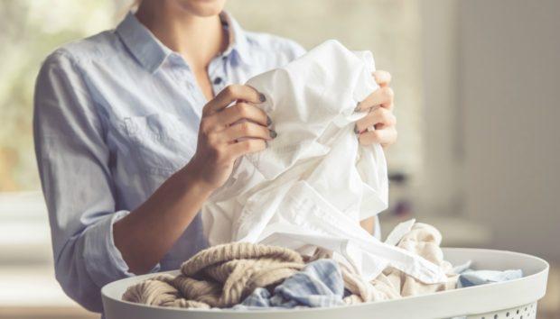 Το Μυστικό που Κάθε Νοικοκυρά Πρέπει να Ξέρει για Ολόλευκα και Μυρωδάτα Ρούχα Μετά το Πλύσιμο!