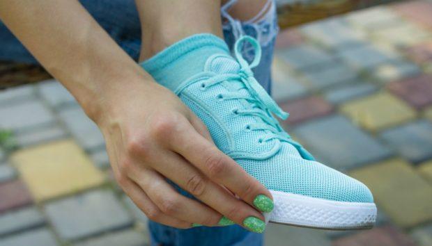 Να τι Πρέπει να Κάνετε για να μην Μυρίσουν Ποτέ Ξανά τα Κλειστά σας Παπούτσια!