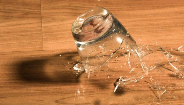 Σπασμένα Γυαλιά στο Πάτωμα; Δείτε πώς θα τα Μαζέψετε στο Λεπτό