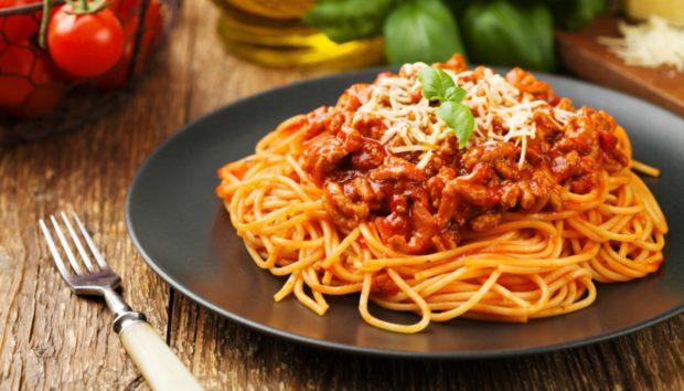 Μακαρόνια με Κιμά: Η Αυθεντική Συνταγή έχει Πολλά Υλικά που δεν Φαντάζεστε