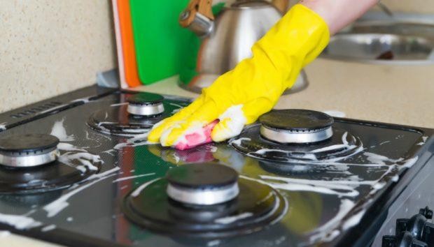 Αυτός Είναι ο πιο Εύκολος Τρόπος για να Καθαρίσετε τις Κεραμικές Εστίες